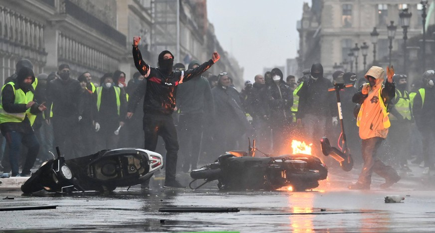 Police officers intervene yellow vest protesters as they gather to protest against rising fuel taxes in Paris, France. PUBLICATIONxINxGERxSUIxAUTxONLY