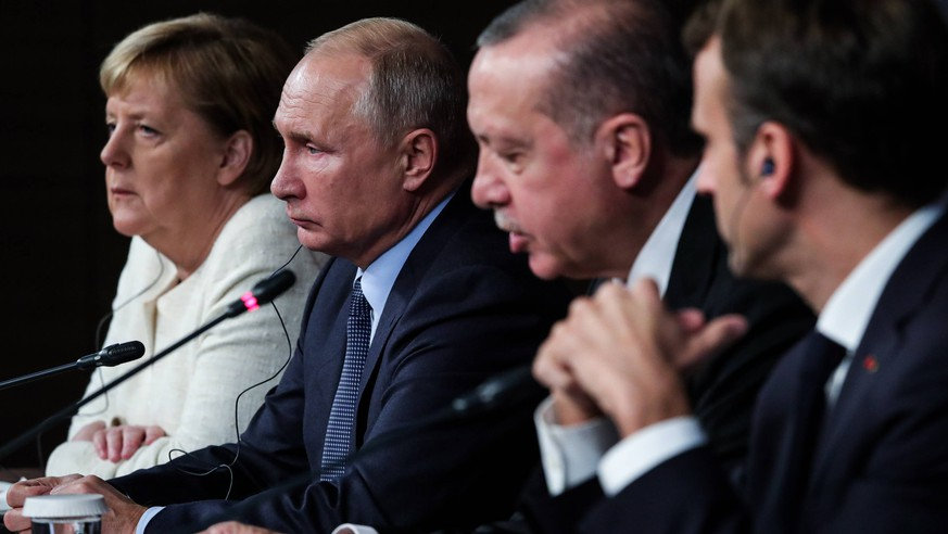ISTANBUL, TURKEY - OCTOBER 27, 2018: Germany s Chancellor Angela Merkel, Russia s President Vladimir Putin, Turkey s President Recep Tayyip Erdogan, and France s President Emmanuel Macron (L-R) give a press conference following a summit of the leaders of Turkey, Russia, Germany, and France to discuss the situation in Syria. Mikhail Klimentyev/Russian Presidential Press and Information Office/TASS PUBLICATIONxINxGERxAUTxONLY TS0956C9