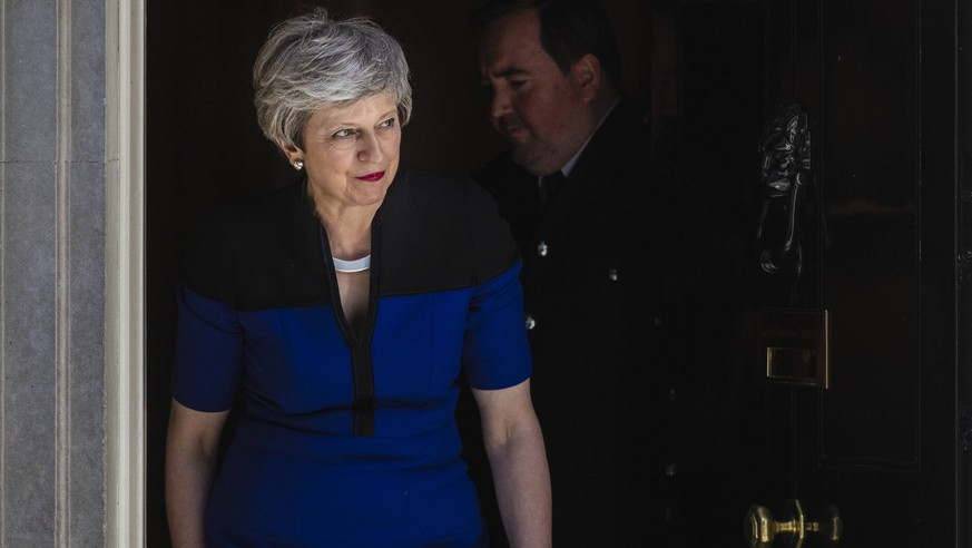 May 14, 2019 - London, London, UK - London, UK. Prime Minister Theresa May leaves 10 Downing Street to greet NATO Secretary General Jens Stoltenberg, ahead of a bilateral meeting. London UK PUBLICATIONxINxGERxSUIxAUTxONLY - ZUMAl94_ 20190514_zaf_l94_075 Copyright: xRobxPinneyx