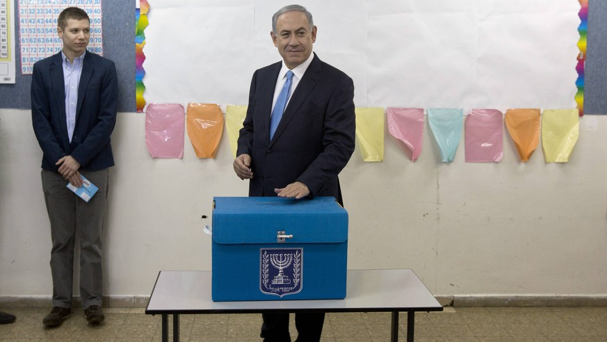 Israeli Prime Minister Benjamin Netanyahu casts his vote as his son Yair looks on during Israel s parliamentary elections in Jerusalem, Tuesday, March 17, 2015. Pool PUBLICATIONxINxGERxSUIxAUTxHUNxONLY JERX20150317108 SebastianxScheiner