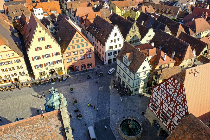 17.10.2018, Rothenburg ob der Tauber, Mittelfranken, Bayern, Deutschland - Blick vom Rathausturm auf Buergerhaeuser am Marktplatz in Rothenburg ob der Tauber *** 17 10 2018 Rothenburg ob der Tauber Middle Franconia Bavaria Germany View from the town hall tower to the town houses at the market place in Rothenburg ob der Tauber