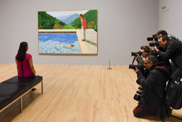 Bilder des Tages February 6, 2017 - London, UK - London, UK. Members of the media photograph a staff member viewing Portrait of an Artist (Pool with Two Figures) at the preview of the world s most extensive retrospective of the work of David Hockney at the Tate Britain, which will be on display 9 February to 29 May 2017. London UK PUBLICATIONxINxGERxSUIxAUTxONLY - ZUMAl94_ 20170206_zaf_l94_016 Copyright: xStephenxChungx