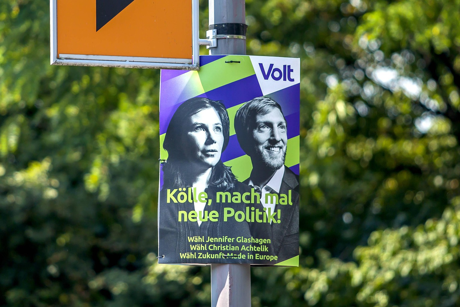 Ein Wahlplakat für die Kommunalwahl 2020 in NRW hängt an einer Straße in Köln. Am 13. September 2020 werden in Nordrhein-Westfalen Oberbürgermeister, Landräte, Stadträte und Kreistage neu gewählt. Volt - Kölle, mach mal neue Politik - Jennifer Glashagen - Christian Achtelik Wahlplakate Kommunalwahl NRW *** An election poster for the 2020 local elections in NRW hangs on a street in Cologne On 13 September 2020, mayors, county councils, city councils and district councils in North Rhine-Westphalia will be elected Volt Kölle, make new politics Jennifer Glashagen Christian Achtelik Election posters for the NRW local elections