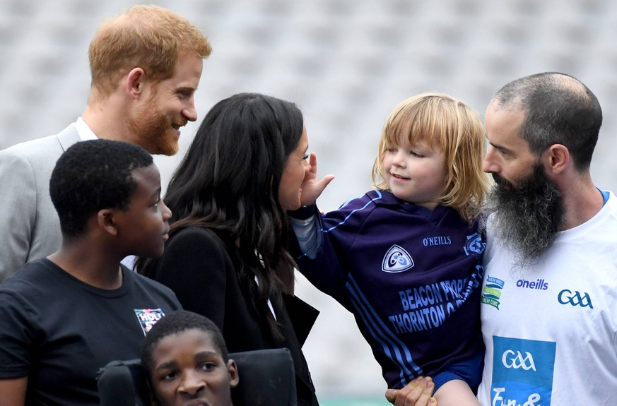 Royal visit to Dublin - Day Two The Duke and Duchess of Sussex interact with a small child during a visit to Croke Park on the second day of their visit to Dublin, Ireland. Photo credit should read: Doug Peters/EMPICS PUBLICATIONxINxGERxSUIxAUTxONLY Copyright: xDougxPetersx 37497934