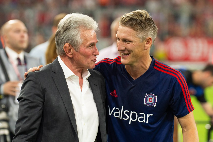 28.08.2018, xkvx, Fussball Testspiel, FC Bayern Muenchen - Chicago Fire emspor, v.l. Jupp Heynckes, Bastian Schweinsteiger (Chicago Fire) (DFL/DFB REGULATIONS PROHIBIT ANY USE OF PHOTOGRAPHS as IMAGE SEQUENCES and/or QUASI-VIDEO) Muenchen *** 28 08 2018 xkvx Football Test match FC Bayern Muenchen Chicago Fire emporer Jupp Heynckes Bastian Schweinsteiger Chicago Fire DFL DFB REGULATIONS PROHIBIT ANY USE OF PHOTOGRAPHS as IMAGE SEQUENCES and or QUASI VIDEO Munich