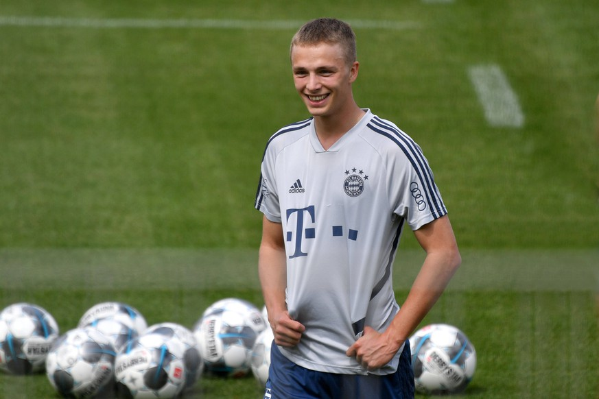 Jann Fiete ARP Bayern Muenchen, lacht,lachen,lachend, optimistisch,gutgelaunt, Aktion,Einzelbild,angeschnittenes Einzelmotiv,Halbfigur,halbe Figur. FC Bayern Muenchen Training in der Coronavirus Pandemie in Kleingruppen. Training an der Saebener Strasse. Fussball 1. Bundesliga,Saison 2019/2020, am 28.04.2020 *** Jann Fiete ARP Bayern Muenchen, laughing, laughing, laughing, optimistic, cheerful, action, single picture, cut single motif, half figure, half figure FC Bayern Muenchen Training in the Coronavirus pandemic in small groups Training at Saebener Strasse Football 1 Bundesliga, season 2019 2020, on 28 04 2020