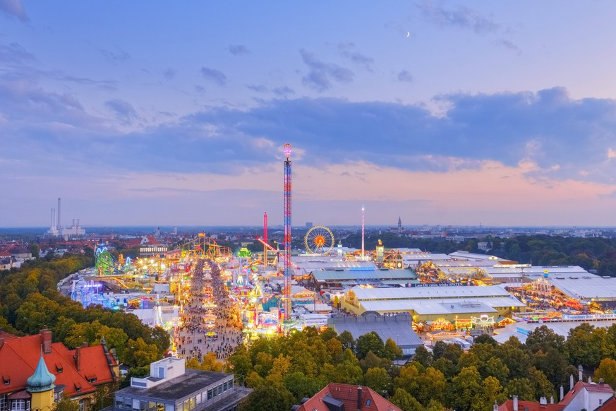 Germany, Bavaria, Munich, View of Oktoberfest fair on Theresienwiese in the evening PUBLICATIONxINxGERxSUIxAUTxHUNxONLY SIEF07656