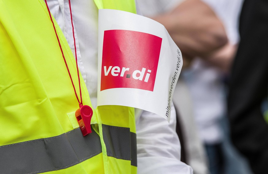 April 24, 2018 - Munich, Bavaria, Germany - Citing stalled talks, the Bavarian Journalist Union and German Journalist Union Bayerischer Journalisten Verband, BJV, Deutscher Journalisten Verband, DJV, along with Verdi organized a Warnstreik warning strike for Tuesday morning going into the afternoon at Munich s Max-Joseph-Platz. At least 500 were in attendance. The union is demanding a rise in pay scales for for editors and those in similar roles and departments at newspapers and news agencies of at least 4.5% over 12 months and a minimum of 200 Euros for junior staffers. Among those called to strike are the world-renowned Sueddeutsche Zeitung, Main-Post, and content-provider HCS Content GmbH. Numerous other groups were also on hand, including some six buses from Stuttgart, Allgou, Augsburg and other locations around south PUBLICATIONxINxGERxSUIxAUTxONLY - ZUMAb160 20180424_zbp_b160_027 Copyright: xSachellexBabbarx
