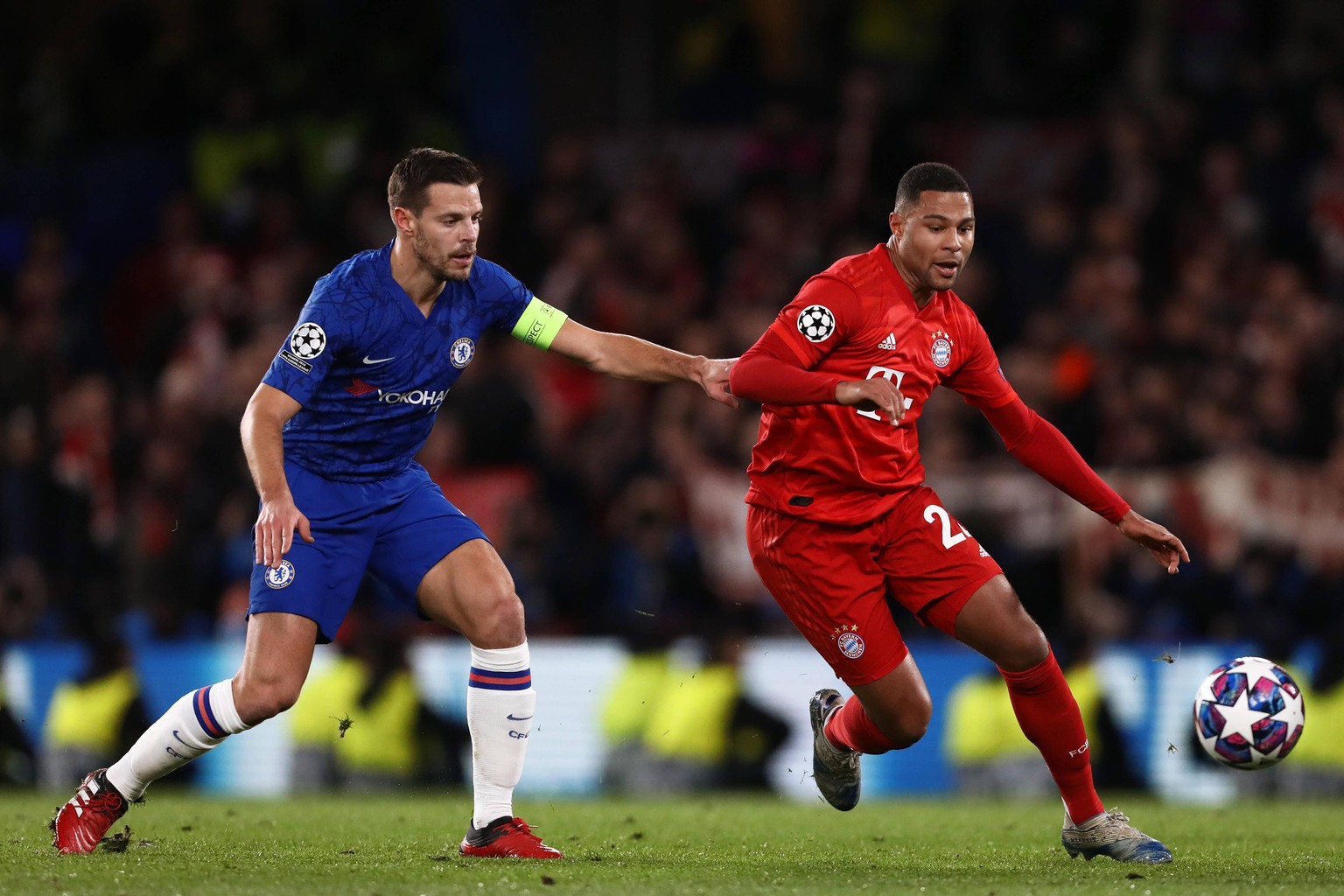 February 25, 2020, London, United Kingdom: Serge Gnabry of Bayern Munich and Cesar Azpilicueta of Chelsea in action during the UEFA Champions League Round 16 First Leg match between Chelsea and Bayern Munich at Stamford Bridge..Final Score Chelsea 0:3 Bayern Munich. London United Kingdom - ZUMAs197 20200225zabs197138 Copyright: xRichardxCalverx