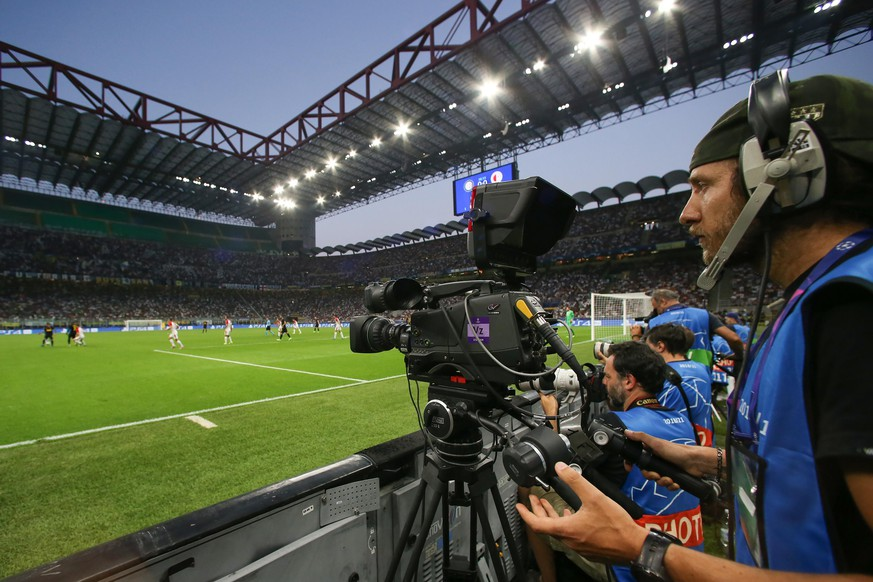 A pitch side television camera follows the action during the UEFA Champions League match at the San Siro, Milan. Picture date: 17th September 2019. Picture credit should read: Jonathan Moscrop/Sportimage PUBLICATIONxNOTxINxUK SPI-0207-0155