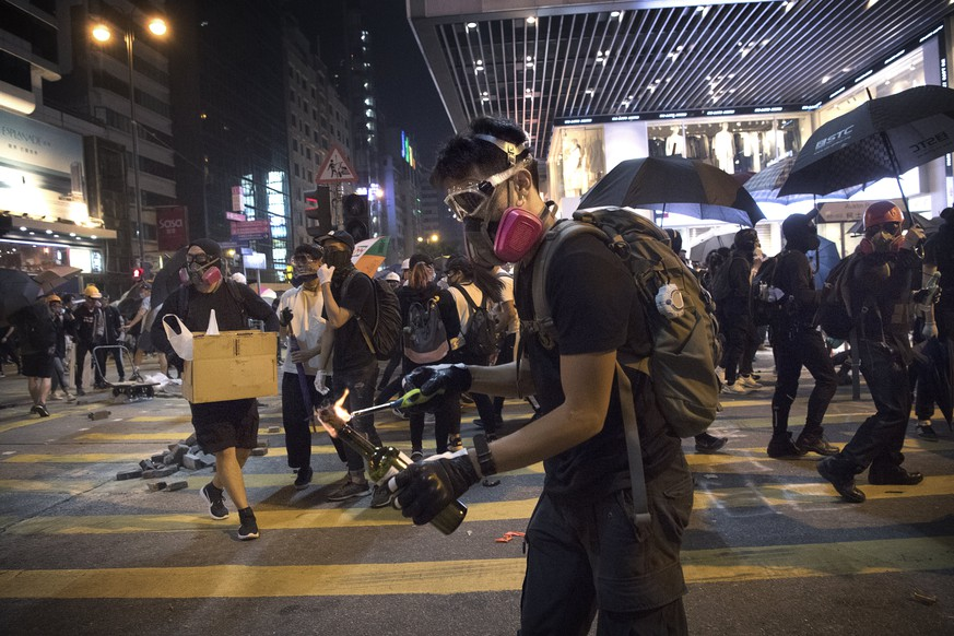 Police is shooting tear gas and protesters / students are throwing bricks, cobble stones and fire bombs during the riots in central Hong Kong in November 2019. Jerker Ivarsson/ Aftonbladet / TT code 2512 AFTONBLADET / 2826 Stockholm Sweden x2512x *** Police is shooting tear gas and protesters students are throwing bricks, cobble stones and fire bombs during the riots in central Hong Kong in November 2019 Jerker Ivarsson Aftonbladet TT code 2512 AFTONBLADET 2826 Stockholm Sweden x2512x, PUBLICATIONxINxGERxSUIxAUTxONLY Copyright: xJERKERxIVARSSONx/Aftonbladet/TTx HONG KONG UNREST