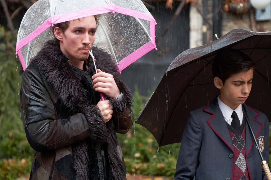 THE UMBRELLA ACADEMY, from left: Robert Sheehan, Aidan Gallagher, Pilot , Season 1, ep. 101, aired Feb. 15, 2019. photo: Christos Kalohoridis / Netflix / Courtesy: Everett Collection ACHTUNG AUFNAHMEDATUM GESCHÄTZT PUBLICATIONxINxGERxSUIxAUTxONLY Copyright: xNetflix/CourtesyxEverettxCollectionx TCDUMAC EC003