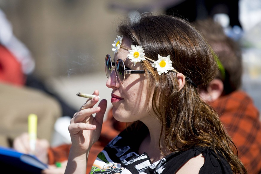 April 20, 2018 - Toronto, ON, Canada - TORONTO, ON - APRIL 20 - Sally Smith smokes marijuana during the 4-20 rally held at Nathan Phillips Square in Toronto on April 20, 2018.. Cannabis activists say although this year s 4-20 celebrations across the country will likely be the last before recreational pot use becomes legal, there s still a lot to fight for. /Toronto Star Toronto Canada PUBLICATIONxINxGERxSUIxAUTxONLY - ZUMAt14_ 20180420_zan_t14_007 Copyright: xCarlosxOsoriox
