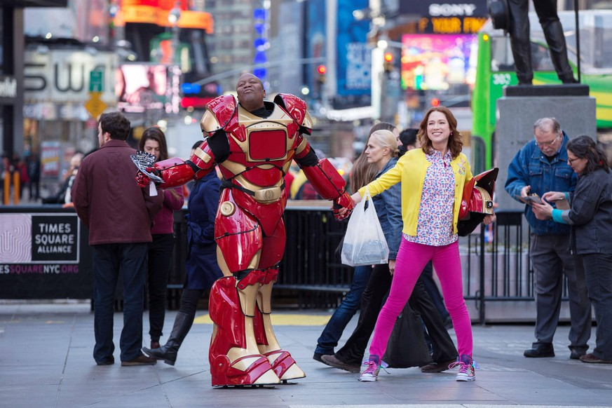 UNBREAKABLE KIMMY SCHMIDT, from left: Tituss Burgess, Ellie Kemper, Season 1, aired March 6, 2015. photo: Eric Liebowitz / Netflix / Courtesy: Everett Collection Netflix/Courtesy Everett Collection ACHTUNG AUFNAHMEDATUM GESCHÄTZT PUBLICATIONxINxGERxSUIxAUTxONLY Copyright: xNetflix/CourtesyxEverettxCollectionx TCDUNKI EC002