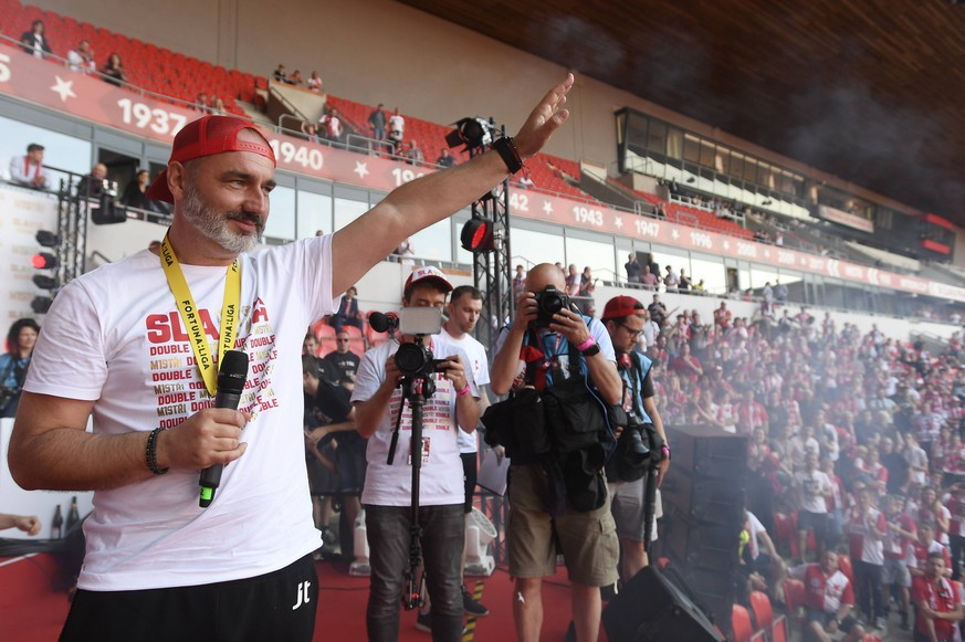 Slavia Prague is Czech football league champion this season. Slavia will play the Champions League 4th qualifying round next season, which means it will play the basic group of the Europe League at least. Head coach Jindrich Trpisovsky and fans of Slavia celebrate in Prague, Czech Republic, May 26, 2019. (CTKxPhoto/OndrejxDeml) CTKPhotoP201905260675101 PUBLICATIONxINxGERxSUIxAUTxONLY _DML6274